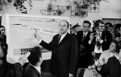 M.A. Tupolev presenta el modelo del RU-144 a los periodistas en el aeropuerto internacional de Sheremétievo, cerca de Moscú.