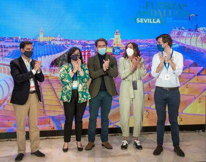 Clausura del XV Congreso provincial extraordinario del PP de Sevilla, con Virginia Pérez, Teodoro García Egea y Loles López, en el centro.