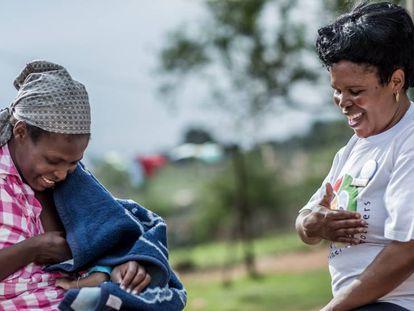 Una madre sudafricana con su bebé, en una imagen de archivo de Unicef.