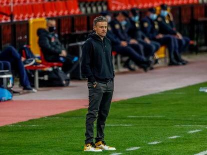 Luis Enrique, pensativo, durante el España-Grecia (1-1) disputado el pasado jueves en Granada. (AP Photo/Fermin Rodriguez)