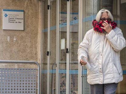 Una mujer sale del CAP de Premià de Mar.