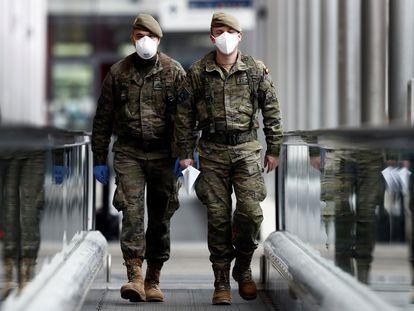 Dos militares, en el hospital de campaña instalado en la feria de Madrid (Ifema).
