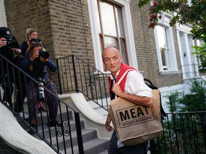 El asesor de Johnson, Dominic Cummings, regresa a su casa después de comparecer este lunes ante la prensa.