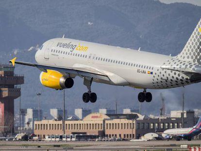 Un avión de Vueling aterriza en el aeropuerto de El Prat de Barcelona