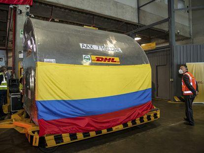 Cargamento con las primeras vacunas de la iniciativa Covax, este lunes en el aeropuerto El Dorado de Bogotá.