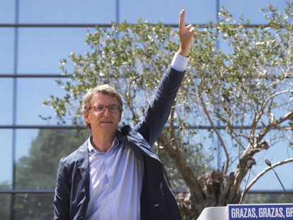 Alberto Núñez Feijóo saluda durante la reunión de la Junta Directiva del Partido Popular de Galicia, ayer tras ganar su cuarta mayoría absoluta.