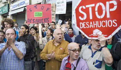 Un grupo de activistas anti-desahucios en L'Hospitalet de Llobregat.