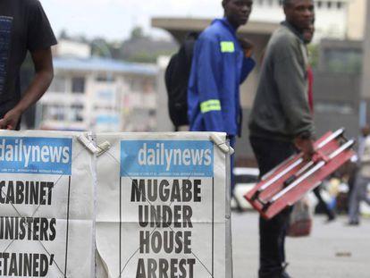Los periódicos de Zimbabue informan este jueves de la detención del presidente Mugabe en Harare.