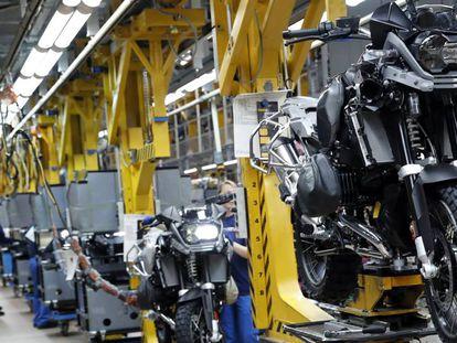 Trabajadores en una cadena de montaje de una fábrica de motocicletas.