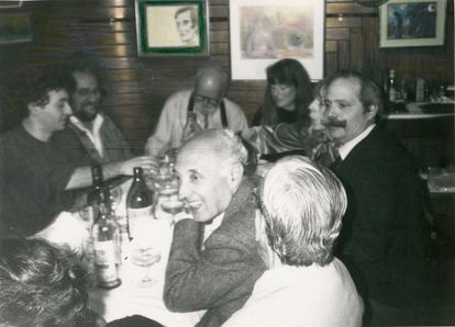 In the background, Ferlinghetti signed a copy of his work at the Café Gijón.  On the right, the editor Eugenio Suárez-Galbán and on the left Andrés García Madrid and Raúl García Bravo, in 1991. / JAMES DENZA