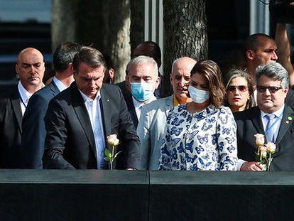 La comitiva brasileña visita el memorial del 11 de septiembre, en Nueva York, el martes 21 de septiembre. El ministro Queiroga está con mascarilla junto al presidente Bolsonaro.