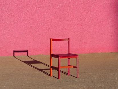 Moises Hernández implementó la grana cochinilla para pintar su colección de sillas que ya comercializa en su estudio en Ciudad de México.
