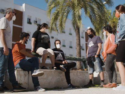 Jesús Campos rodeado de sus educadores, profesores y su madre, en el barrio de Las Palmeras, Córdoba.