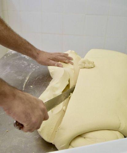 Cortando la masa antes de moldear. IBAN YARZA