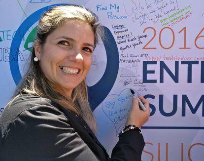 Yamilet López firmando en el panel de emprendedores de GES.