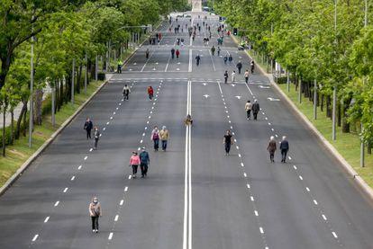 Peatones pasean en mayo por el Paseo de la Castellana, en Madrid, que se cerró al tráfico.