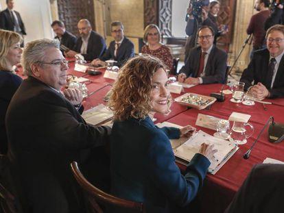 En primer plano, la ministra Meritxell Batet y enfrente, el presidente valenciano Ximo Puig.