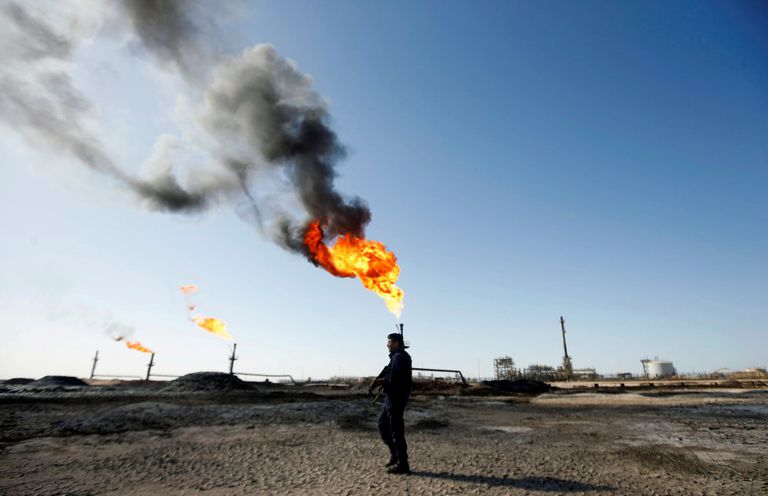 Un policía en un campo petrolero de Basora.