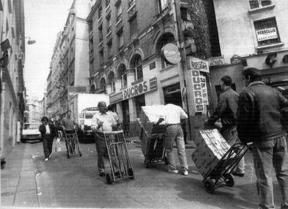 Porteadores clandestino en el barrio parisiense del Sentier, en 1998.