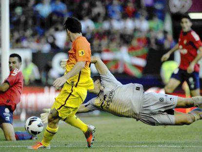 Messi chuta a puerta ante Osasuna.
