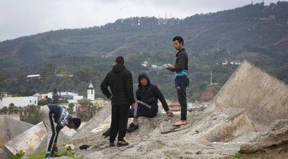 Cuatro jóvenes inmigrantes marroquíes en Ceuta, el 16 de noviembre.