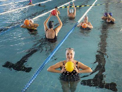 El grupo de aquagym para personas mayores del polideportivo municipal La Mina (Carabanchel)