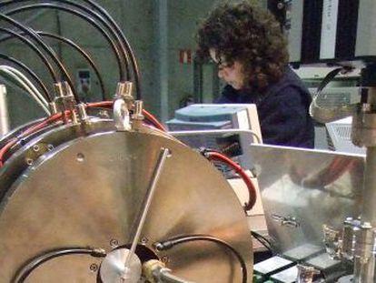 Una científica trabaja en el laboratorio de plasma, ubicado en la nave industrial Feder del campus de la UPV en Leioa y con el que trabajaba ESS Bilbao.