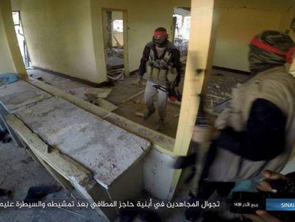Imagen publicada en enero por el Estado Islámico de sus milicianos en el Sinaí.