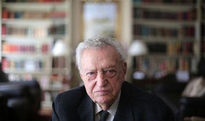 Fernando Álvarez de Miranda, el lunes, en el salón de su casa de Madrid.