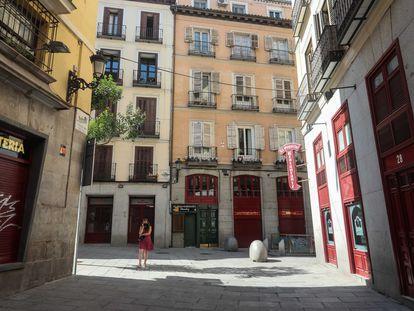 Una mujer este miércoles a las 12:00 en la calle de Postas, entre la Puerta del Sol y la Plaza Mayor de Madrid.