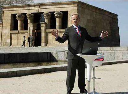 Miguel Sebastián durante la presentación del plan <i>Madrid Wi-Fi</i> frente al templo de Debod.