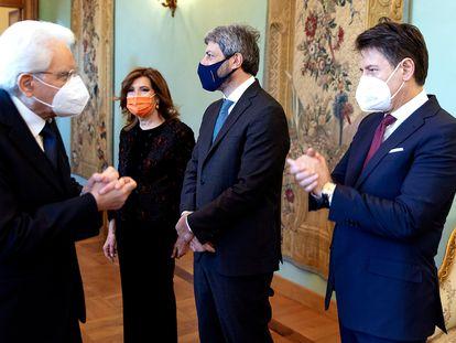El presidente de la República italiana, Sergio Mattarella, saluda al primer ministro dimisionario, Giuseppe Conte, este miércoles, en Roma.