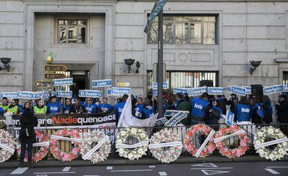 Funcionarios de prisiones protestan frente a la sede de Instituciones Penitenciarias en Madrid.