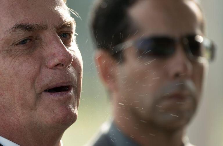 Detalle de las partículas de saliva del presidente de Brasil, Jair Bolsonaro, al salir del Palacio do Alvorada este viernes 27 de marzo en la ciudad de Brasilia.