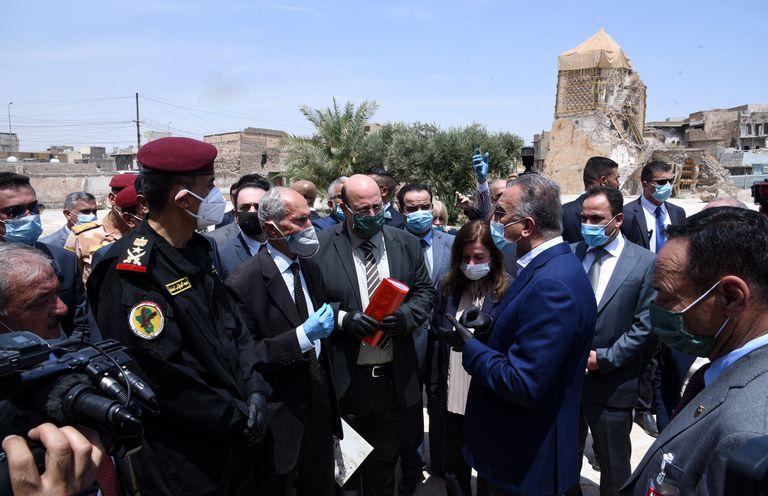 El primer ministro de Irak, Mustafa al Kadhimi, durante su visita a Mosul esta semana, cuando se cumplían seis años de su toma por el autodenominado Estado Islámico.