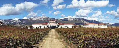 Las bodegas Campillo, inauguradas en 1990 por el Grupo Faustino en Laguardia (Álava), al pie de la sierra de Cantabria.