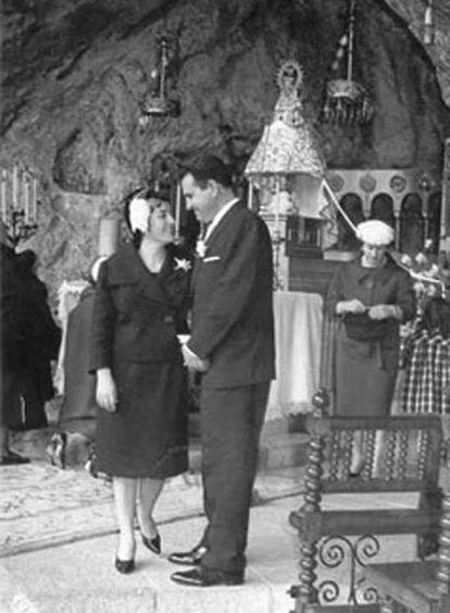 Una imagen de la boda de Corín Tellado con Domingo Egusquizaga en Covadonga, en 1959.