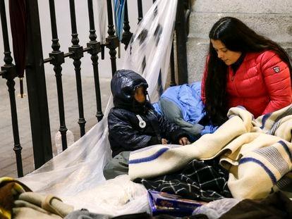 Solicitantes de asilo acampados frente a la sede del Samur Social, en Madrid, ante el colapso del sistema de acogida en el invierno de 2019.