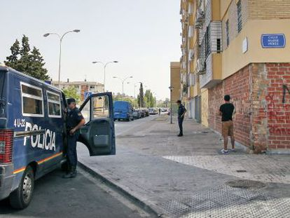 Agentes del dispositivo policial establecido tras el tiroteo en las Tres Mil Viviendas.