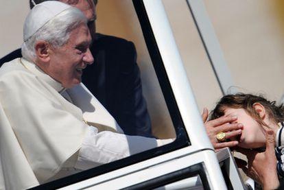 El Papa bendice a una niña durante la audiencia de ayer en el Vaticano.