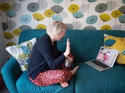Una mujer hablando por videollamada con su madre durante el confinamiento por el coronavirus, en el Reino Unido.