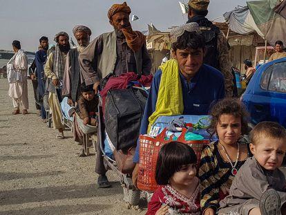 Ciudadanos afganos hacen cola en el paso fronterizo Chaman entre Pakistán y Afganistán, este martes.
