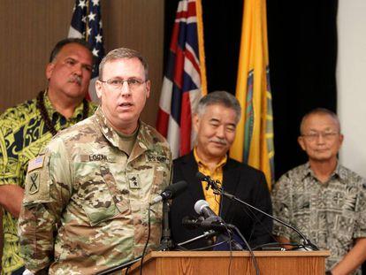 El general Arthur J. Logan se dirige a los periodistas, el pasado martes. Detrás, segundo por la derecha, el gobernador, David Ige.