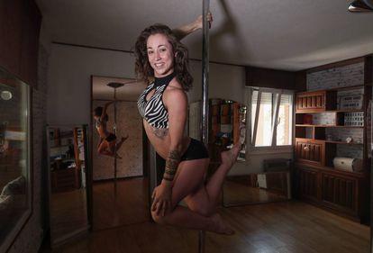 Blanca Blonx, en el estudio de pole de su casa, el 1 de agosto.