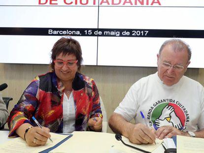 La consejera de Trabajo y Asuntos Sociales, Dolors Bassa, y Diosdado Toledano, de la Comisión Promotora de la renta garantizada.