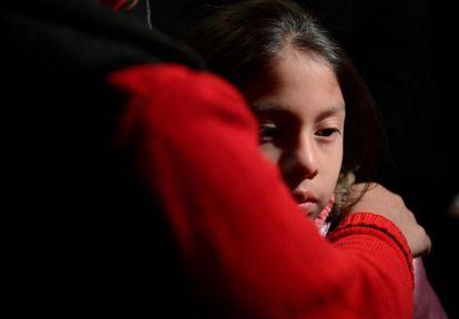Una niña es confortada por su madre en una vigilia en Newtown