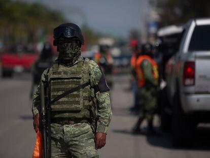 Un agente de la Guardia Nacional en un retén en Irapuato, en el Estado de Guanajuato, el 17 de julio.
