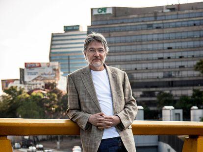 El biólogo Luis Zambrano fotografiado sobre la Avenida Reforma en Ciudad de México.