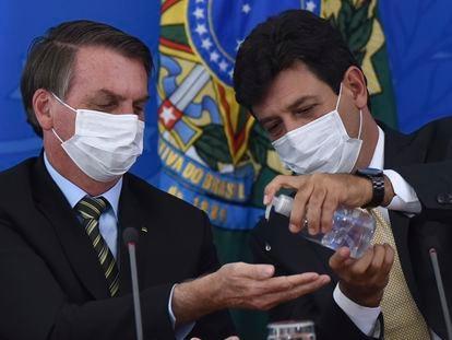 El presidente Bolsonaro, en marzo junto al ministro de Salud.