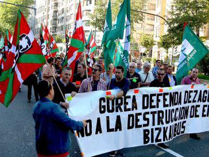 Manifestación de los trabajadores de Bizkaibus este lunes en Bilbao.
